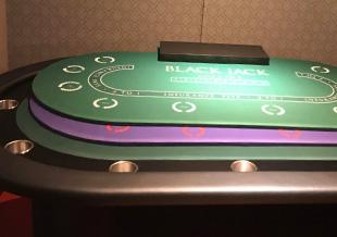ポーカー、バカラ、ブラックジャックの3in1テーブル!